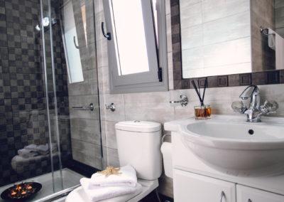 white-upstairs-bathroom2